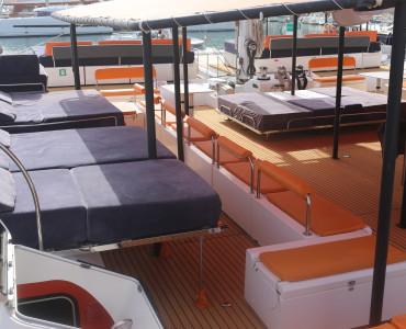 Ruta con catamarán a vela para grupos de hasta 125 personas en Barcelona, Sitges y Cambrils. Luxury catamaran