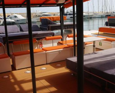Paseo con catamarán a vela para grupos de hasta 125 personas en Barcelona, Sitges y Cambrils. Luxury catamaran